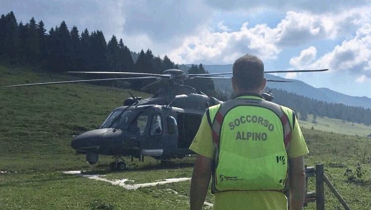 Aeronautica Militare, elicottere HH139 in volo alla ricerca di un disperso