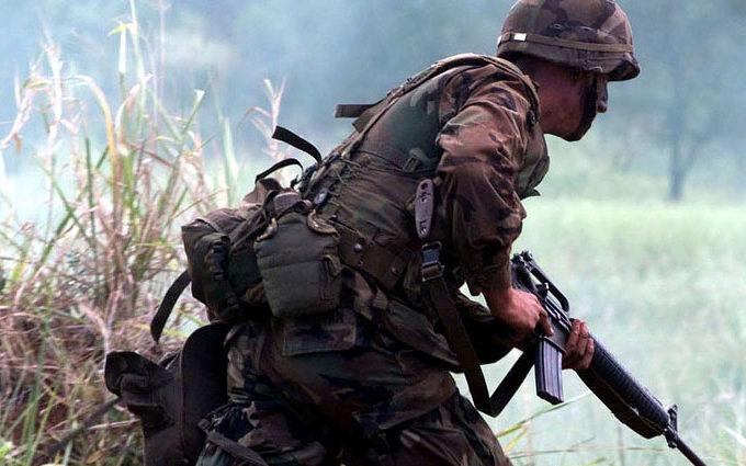 Militare con arma
